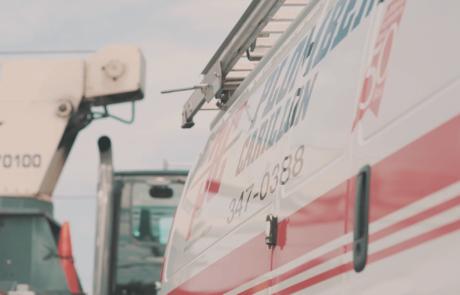 Côté d'un camion blanc lettré Plomberie Carillon