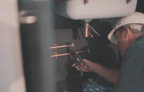 Homme travaillant à la plomberie d'un lavabo